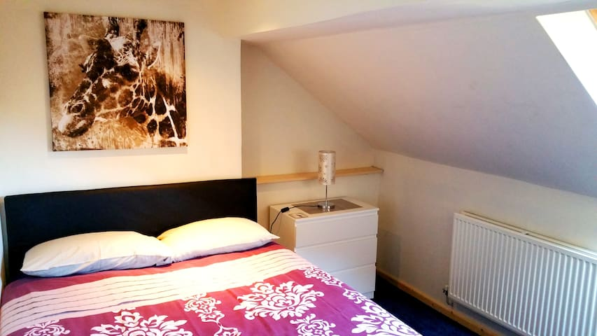 DOUBLE ROOM IN ATTIC IN 4 BEDROOM HOUSE FREE WIFI