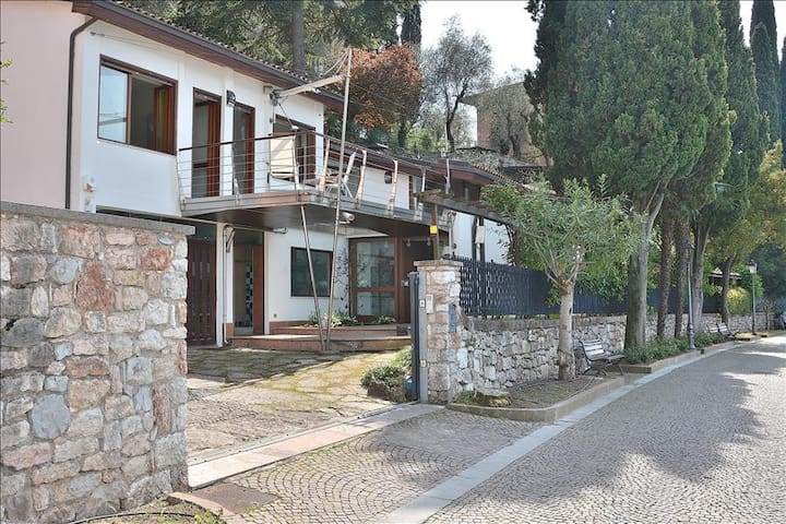 Villa Locchi - 7 sleeps front lake, private dock In Malcesine - Malcesine - วิลล่า