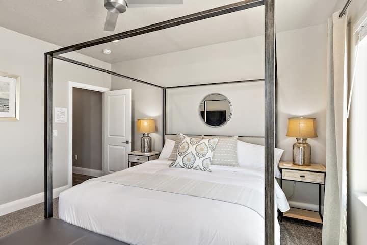 New Zion Village 7 Bedroom prvt Hot Tub & Disney+!