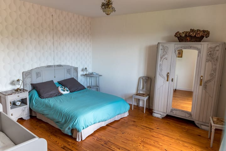 La chambre années folles avec un lit 160x200 et un lit bébé/enfant jusqu'à 4 ans