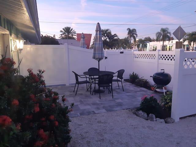 Heated Pool! Beach! Drift Inn Unit A Siesta Key!