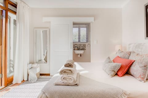 Tranquil Mountainside Private entrance guest suite