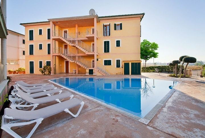 Top floor holiday apartment with 2 communal pools