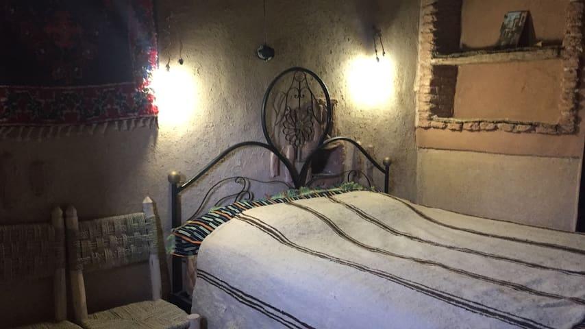 Chambre avec un lit double et lavabo