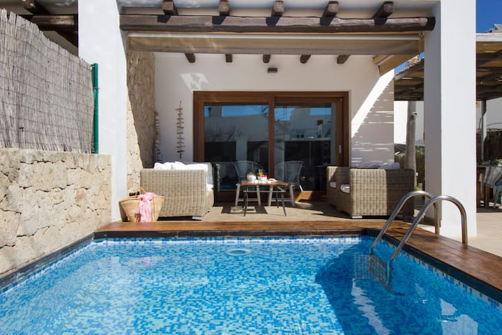 Comfortable chill Out Area with pool (4mx3m)