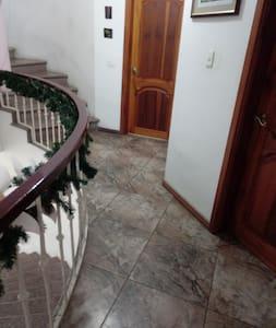 Habitación confortable en casa familiar. Independi