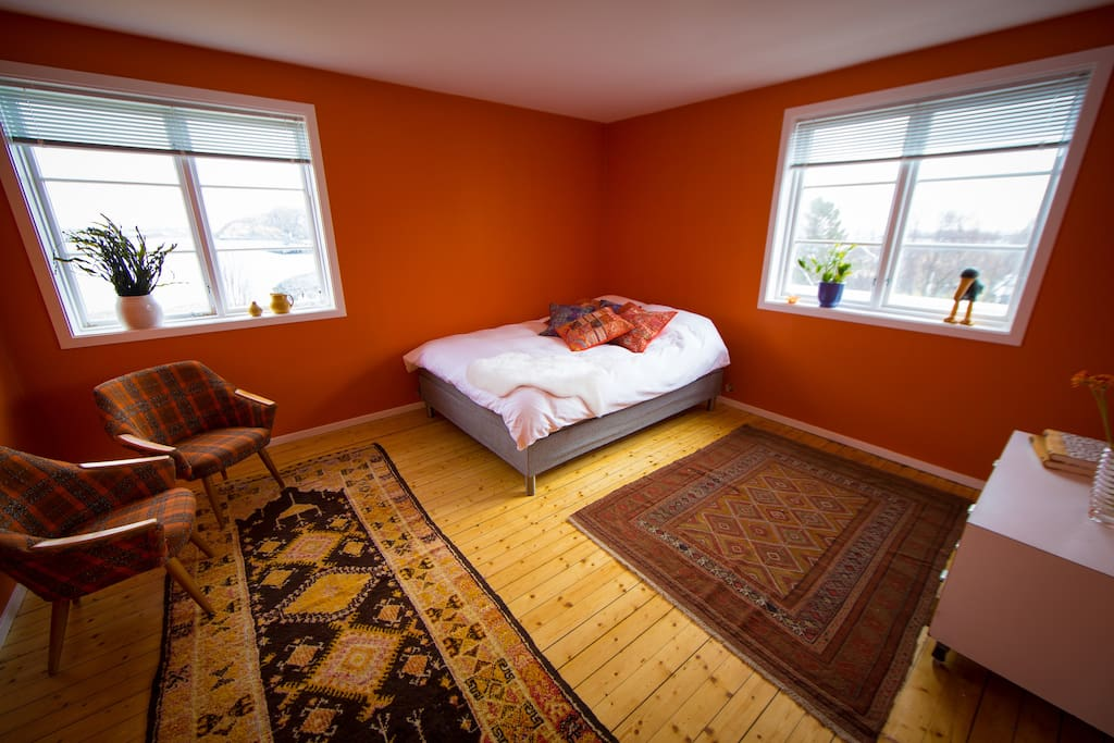 The orange room is located on the south east side of Catogården. The room has two windows towards the sea.