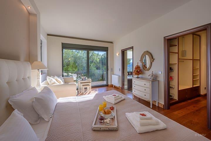LEVEL 1, Master ensuite bedroom (2 single beds)