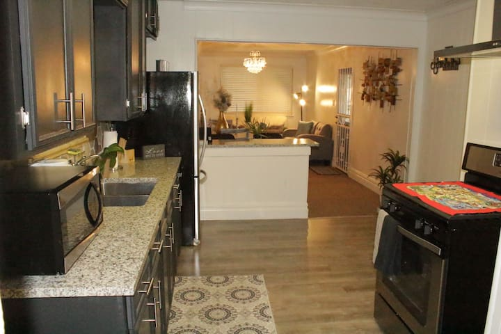 !ENTIRE HOUSE 3 BED 2 BATH, DOWNTOWN,AT&T,FT SAM.