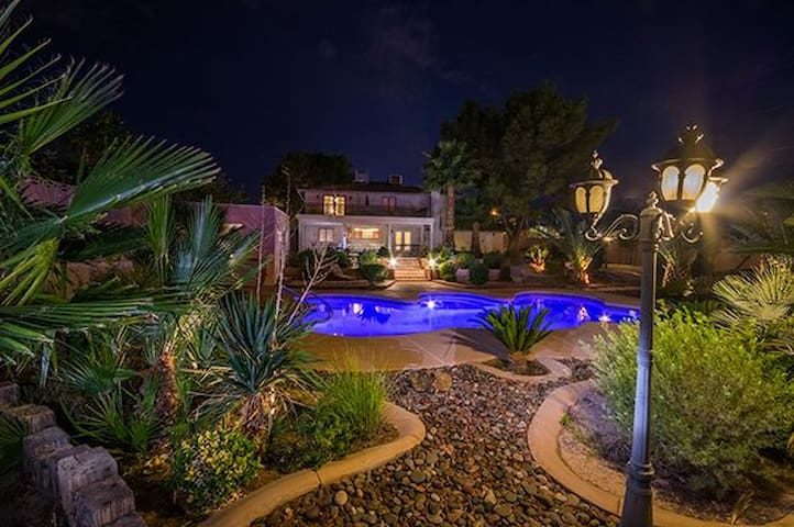 Your own Private and Gated, 5 Bedroom Home. - Las Vegas - Talo