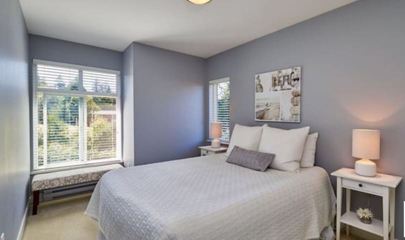 BRIGHT luxurious private townhome room + Full Bath