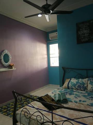 bilik utama. katil queen, bilik air dan aircond