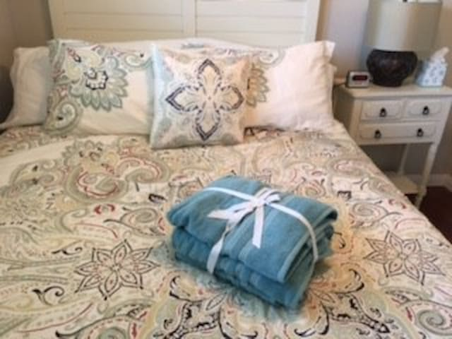 Clean Queen bed near Knott's and Disneyland