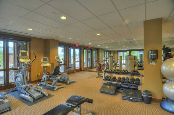 2 Bedroom Summertime Condo w/Onsite Pool, Fitness Center, Game Room & Fire Pit!