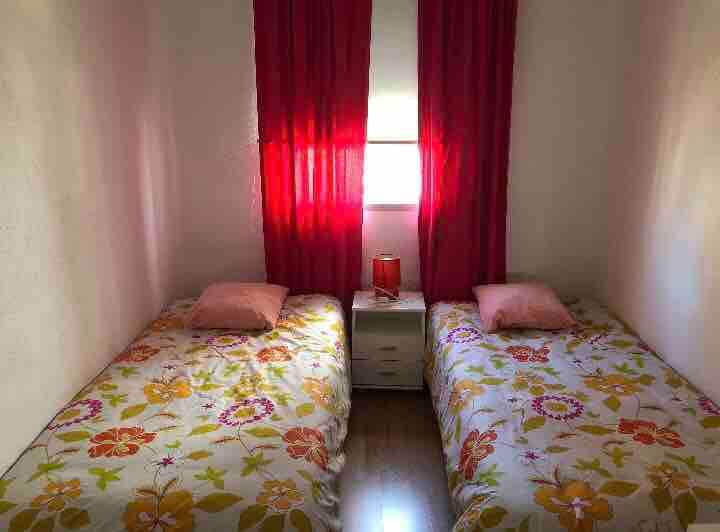 Habitación con dos camas, amplia y luminosa