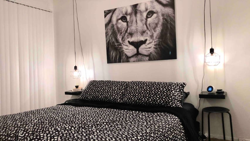 •The Lion• Great West-Side location/swimming pool!