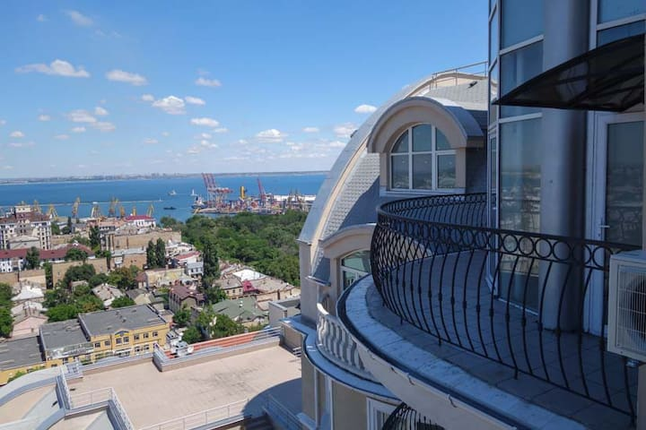 Panoramic 3BR penthouse in the heart of Odessa