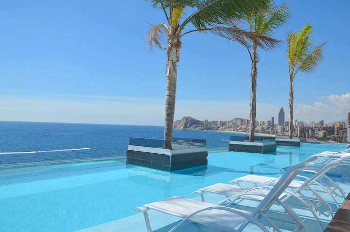 Luxury apartment with infinity swimming pool