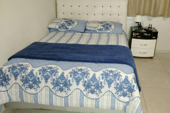 Quarto individual cama de casal próximo  Savassi
