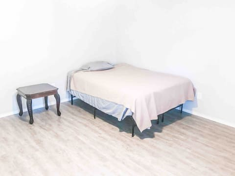 Master Bedroom w/ private bathroom near Six Flags