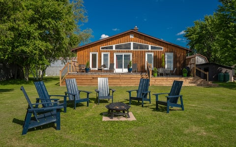 Waterfront Chick Shack Cottage in Merrickville