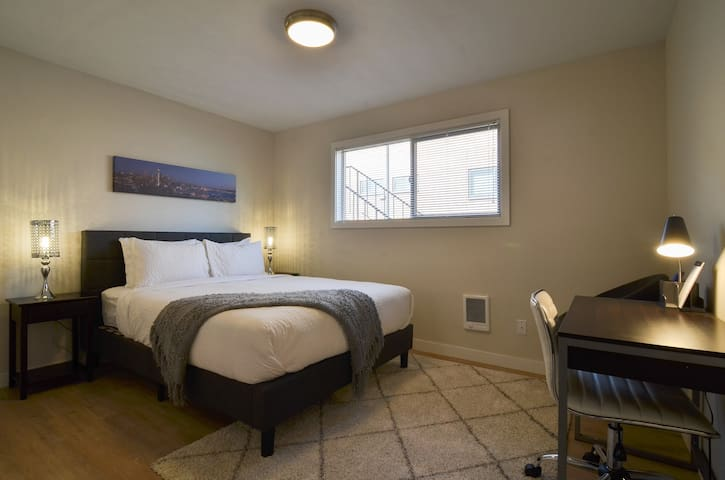 New One Bedroom with Balcony, Walk to Space Needle