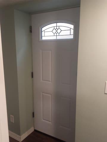 Private Entrance - Picture 1