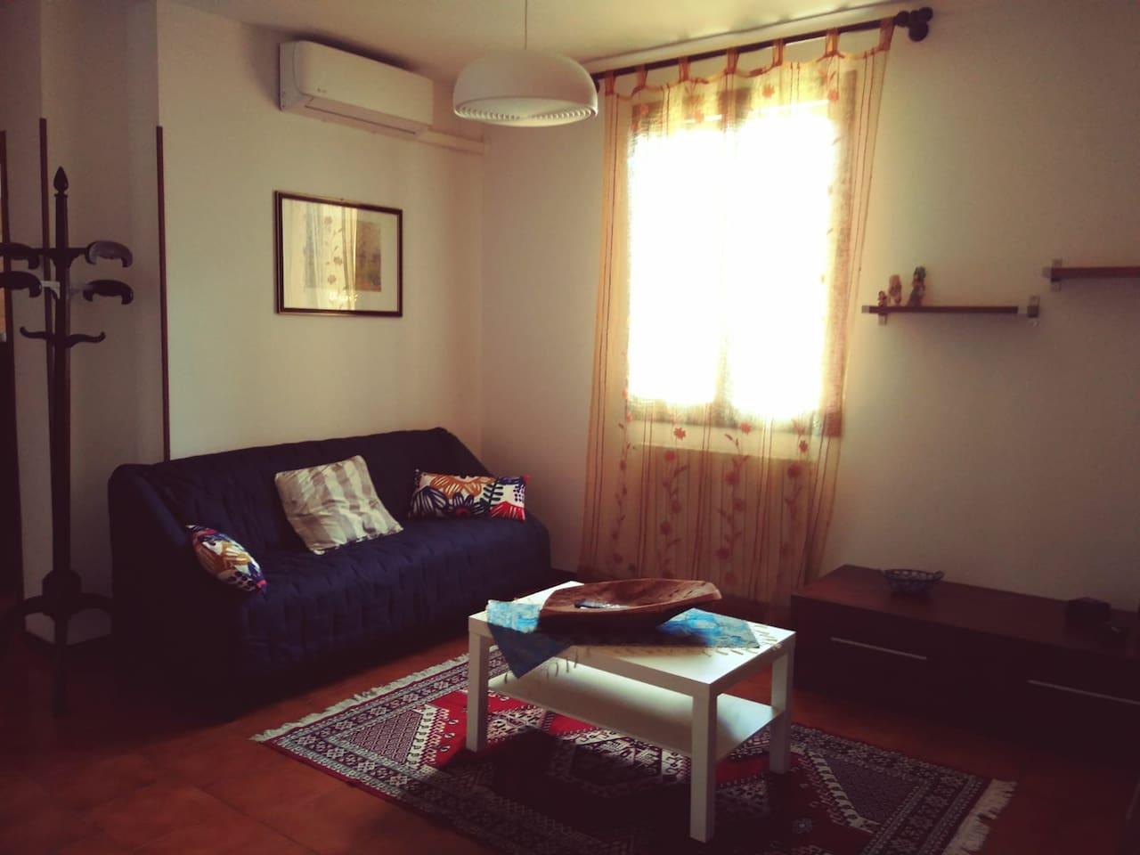 Ampio soggiorno con divano tv e aria condizionata