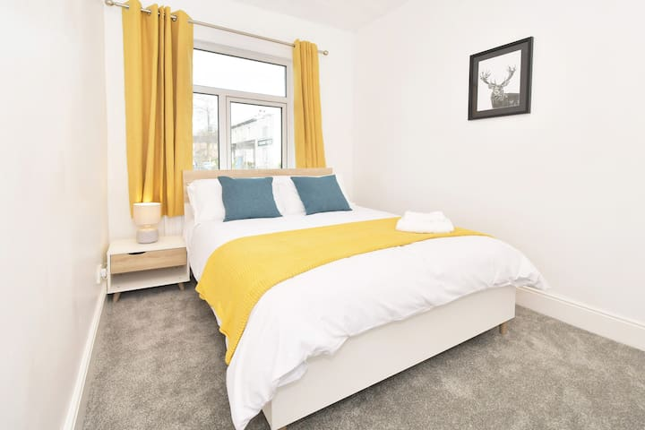 Middleton House - Deep Cleaned Home near the Hospital for Groups of Workers & Visitors