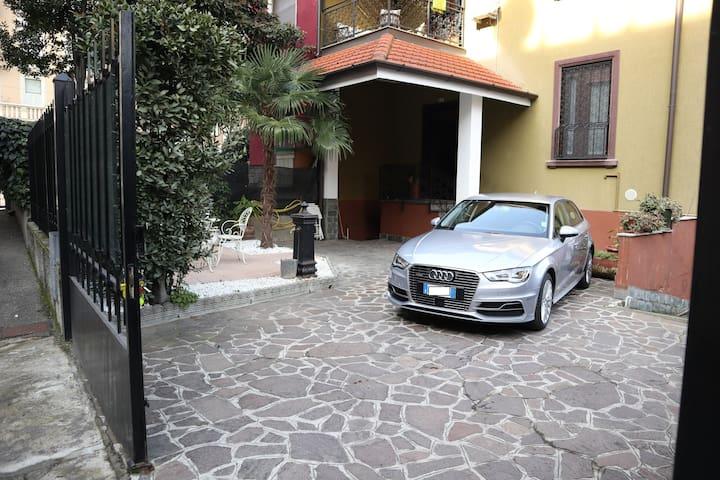 Entrance with garden and large private parking - Entrata con giardino ed ampio parcheggio privato