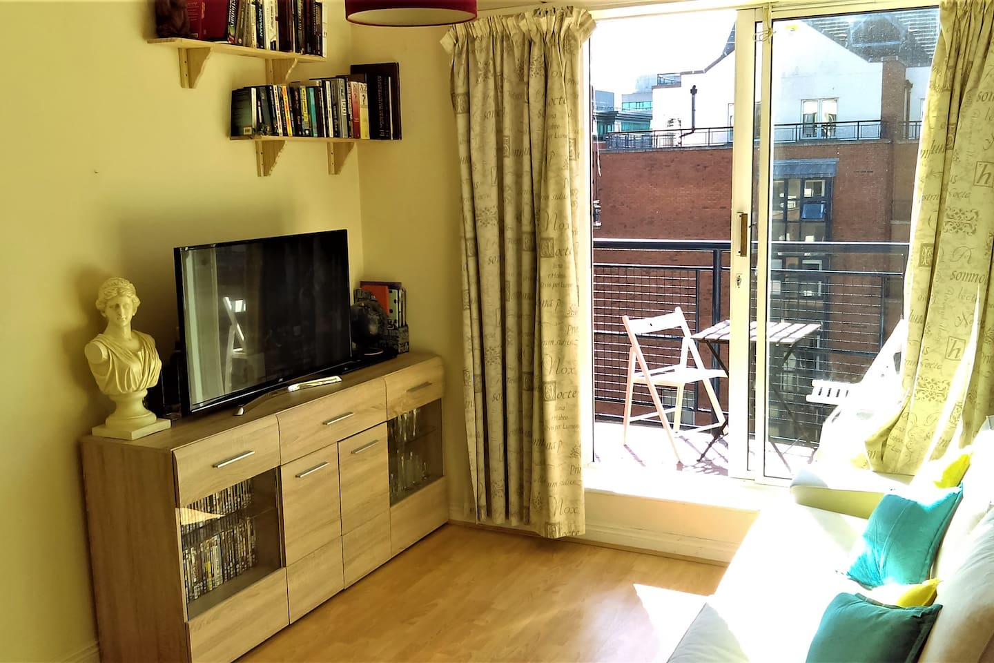 Living Room Area, equipped with a Smart TV with quick access to Netflix, Youtube and Chromecast from a smartphone.