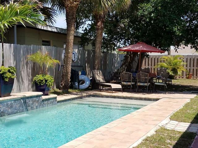 Entire villa sleeps 18, heated pool, walk to beach