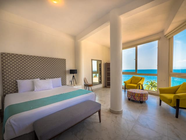 Panoramic Suite w / Private Penthouse & Beach