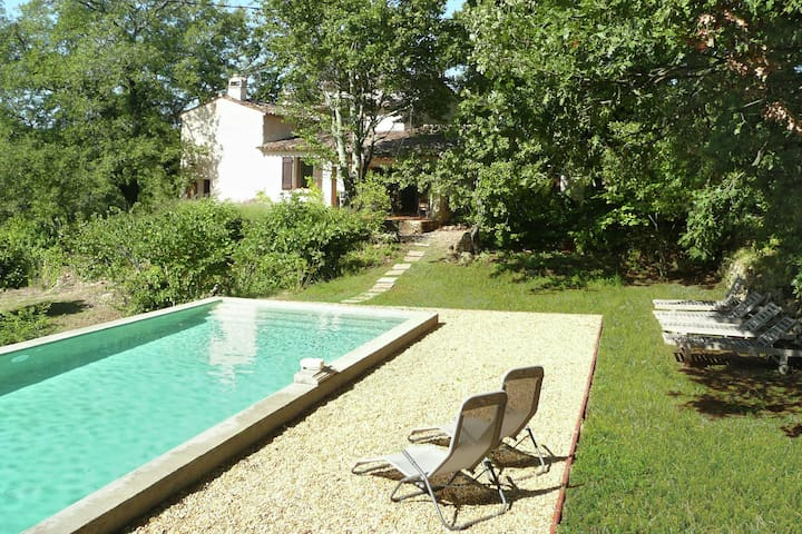 Beautiful holiday villa with privat pool surrounded by vineyard in Entrecasteaux