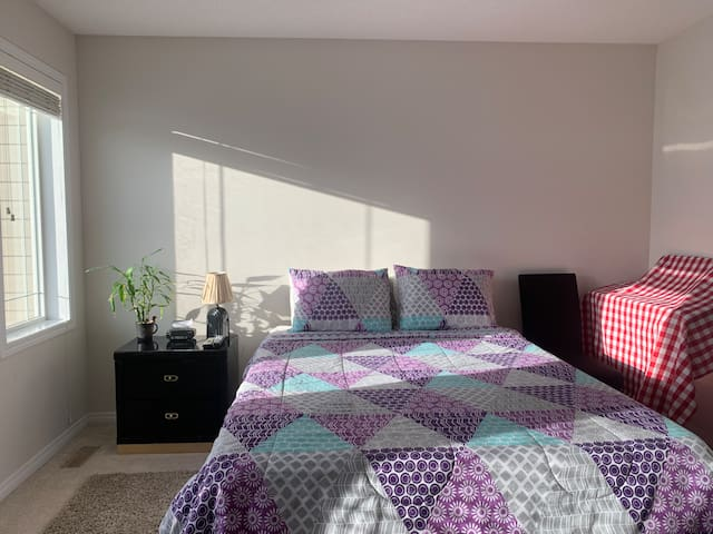 Five Star Huge Private Bed+Bathroom 5 min to YYC
