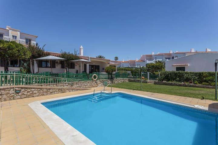 Amplia Villa Morena con Wi-Fi, jardín, terraza, balcón y piscina; aparcamiento disponible, se admiten mascotas
