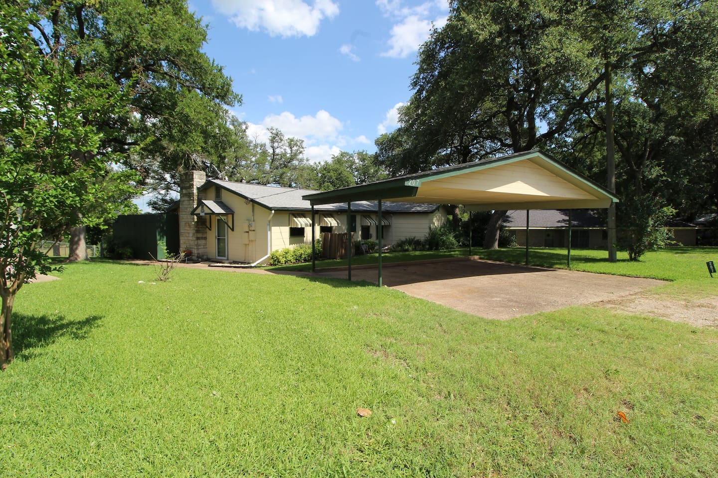 Edgewater Retreat is a 3 bedroom, 2 bathroom lake house located on the southwestern shore of Lake Whitney and provides great views of the lake from the house and backyard. It has a fenced backyard and is walking distance to lake access just down the street.