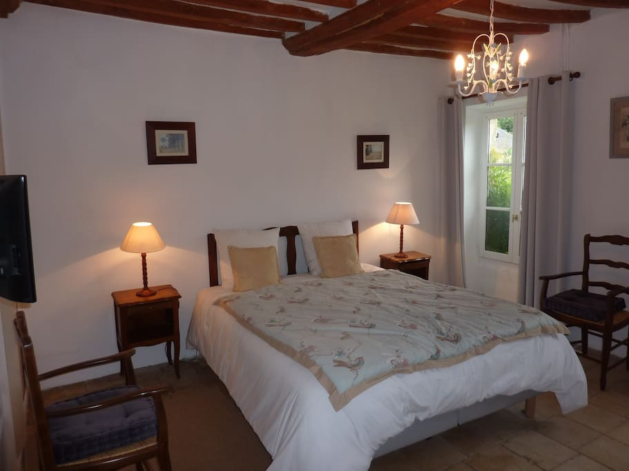 Chambre avec poutres et sol en pierres du 17ème siècle