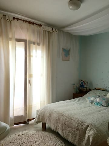 Room with much natural light and couzy atmosphere