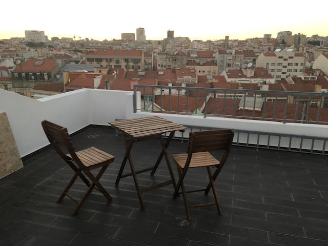 Attic cosy and with roof terrace bedroom - Lisboa - Byt