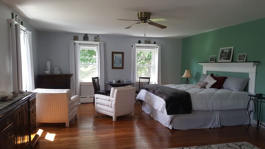 Serene Colonial, Barrington Suite