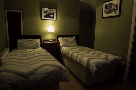 (2)Irish Pub With Room No Breakfast