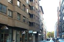 Bloque de la casa y calle, al fondo Paseo de la Quinta y la Catedral.