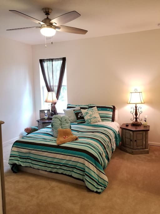 Your Master guest suite with a queen sized bed, fresh folded towels and a ceiling fan. A small gift provided for each guest to help you feel at home.