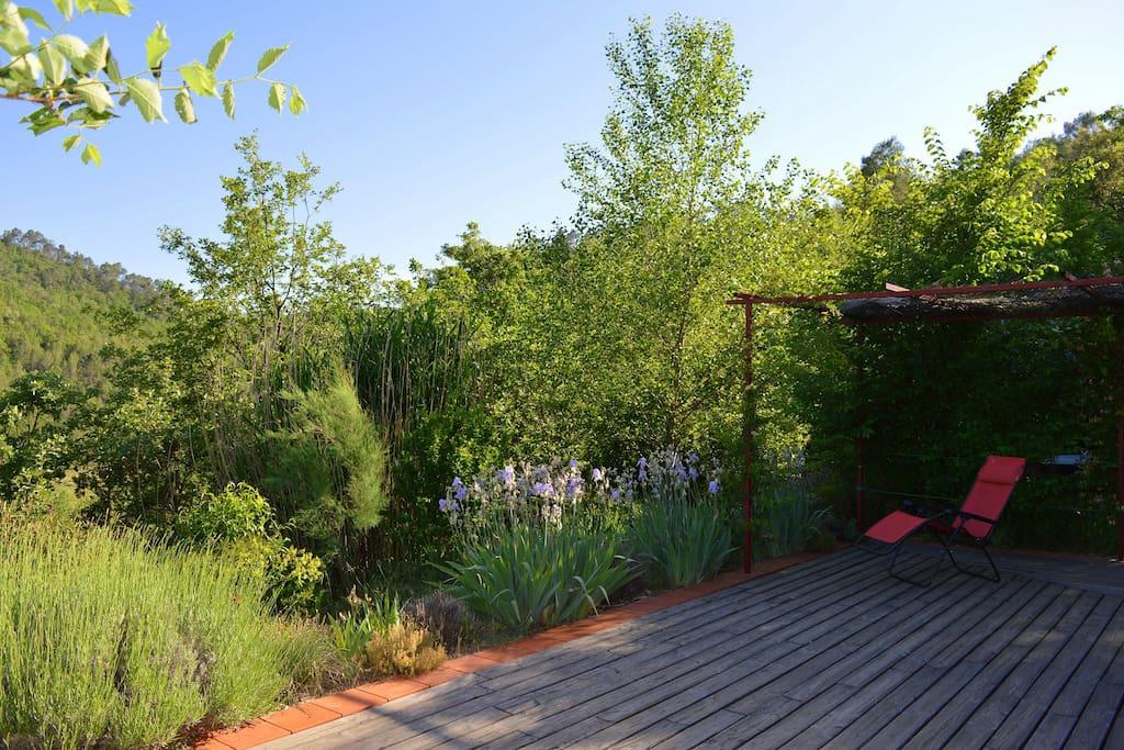 Terrasse en bois de 40m² en lisière de forêt avec vue