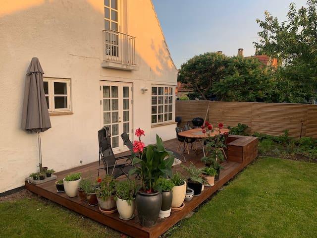 Stort, lyst værelse, egen indgang, have, terrasse