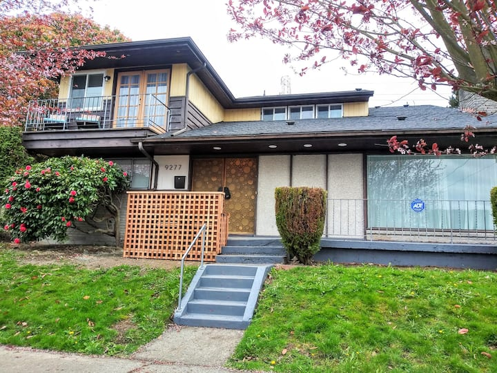 Comfort & Style in Large, Spacious Seattle Home