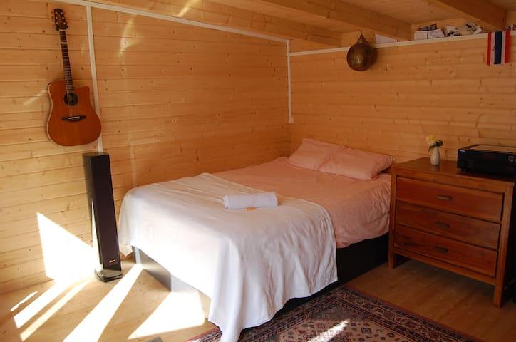 Un grand lit de 160 tout neuf et très confortable