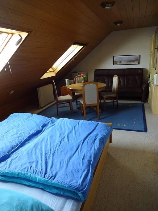 Blick vom Doppelbett auf die Sitzgruppe.