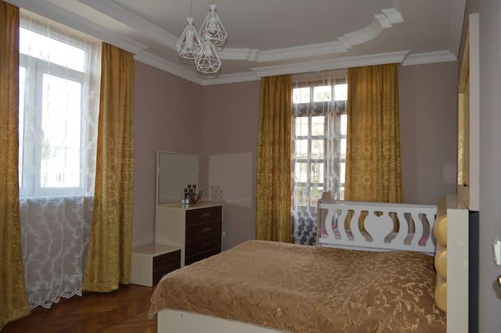 4-комнатная квартира  с 2 балконами 40 м. от моря